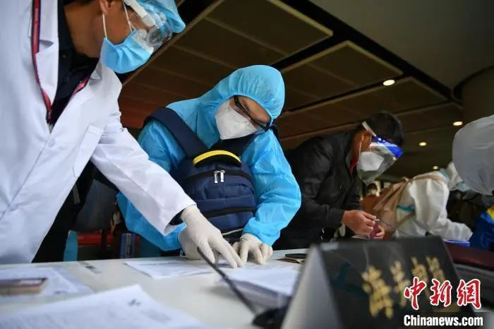 资料图:海关工作人员协助入境人员填写相关材料。刘冉阳 摄