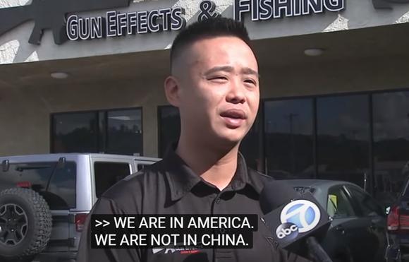 拉斯維加斯某槍店門前,某美國華裔接受美國廣播公司(abc)采訪時,認為美國不同於中國,擁槍是保護自己的重要手段