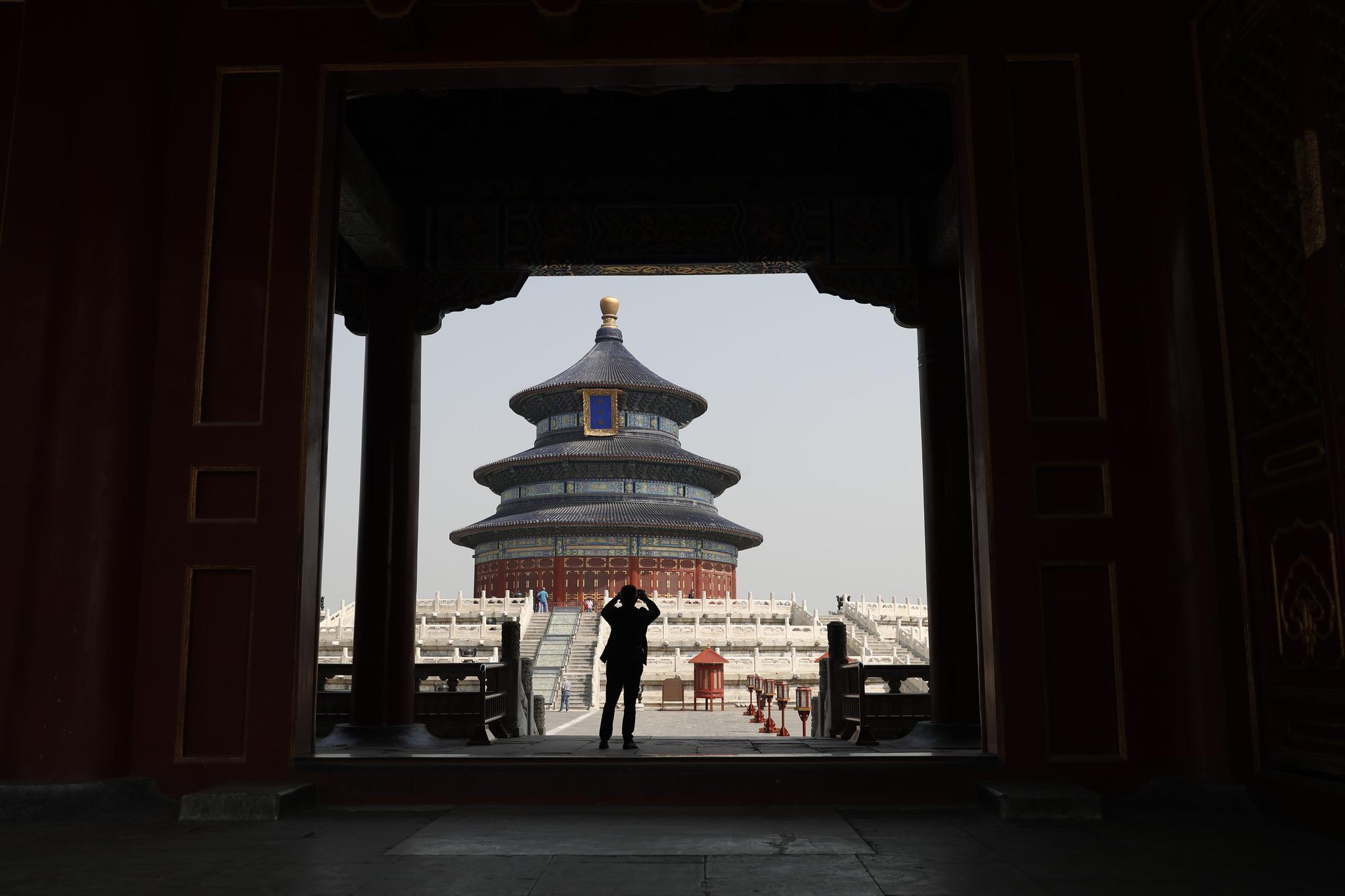 游客在天坛公园祈年殿院落拍照。新京报记者 侯少卿 摄