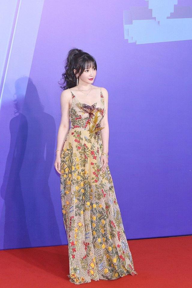 柳岩玩转红毯风穿搭,马尾辫搭配印花吊带连衣裙,让人惊艳无比