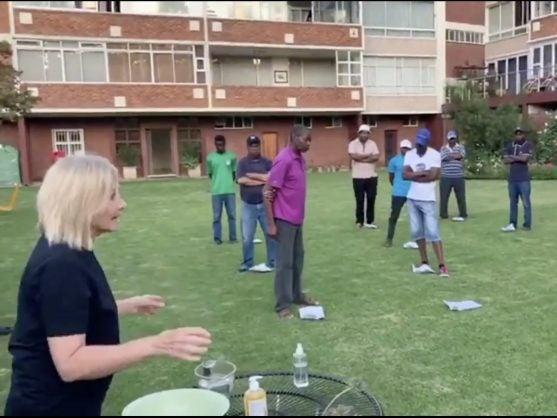 一位金发白人女性教黑人员工洗手的视频被上传到网上,引发有关种族歧视的讨论。