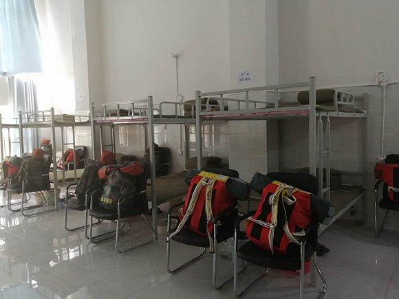 扑火队营房里21个牺牲队员的床位。摄影:赵孟