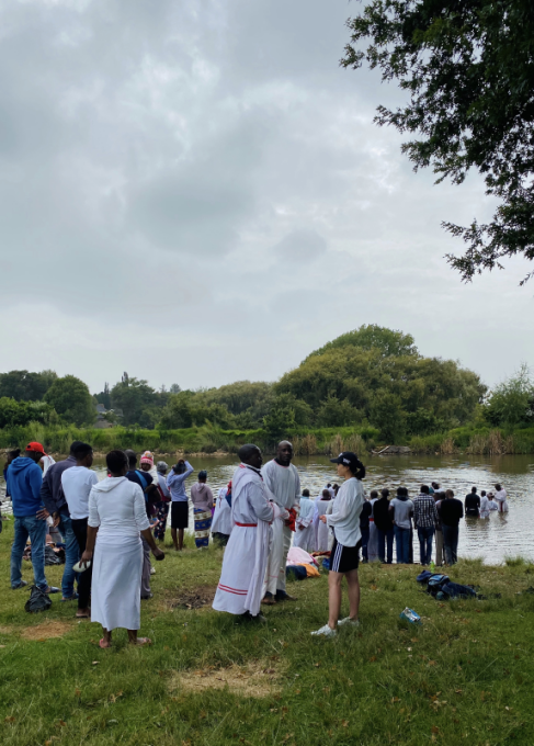 图六。 本文作者,与当时在约翰内斯堡一家农场参加教会洗礼的津巴布韦移民交谈