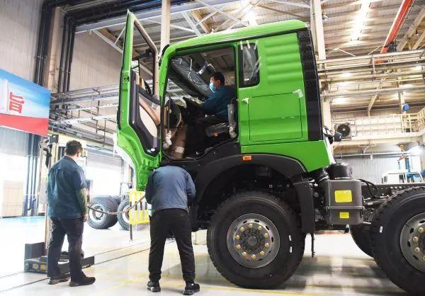 """▲4月28日,中国重汽集团济南卡车股份有限公司的工作人员在生产线上工作。目前共有四万多辆车的订单正在""""排队"""",企业正全力生产,保障产品供应,助力各地复工复产。(王凯 摄)"""