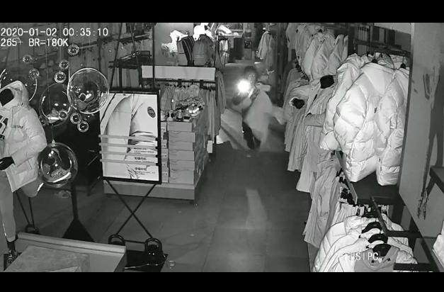 别名少年在一家服装店走窃。受访者供图