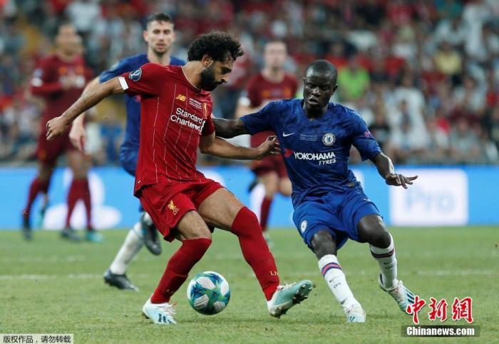 资料图:2019年欧洲超级杯在土耳其伊斯坦布尔举行,利物浦通过点球大战7:6战胜切尔西,夺得本赛季欧洲超级杯的冠军。图为萨拉赫在比赛中与坎特对抗。