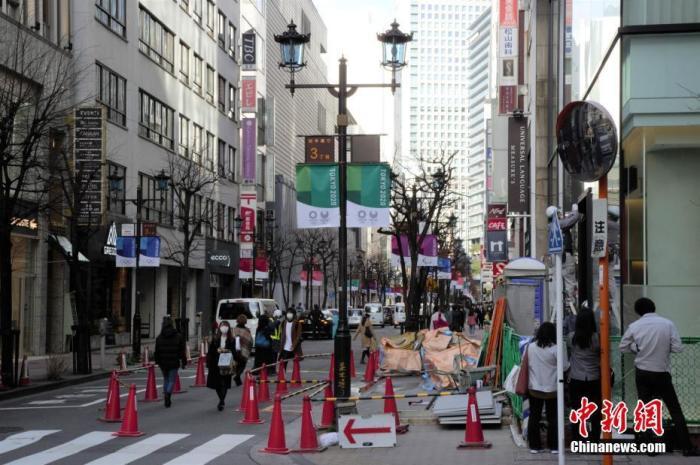 近期,新冠肺炎疫情在日本蔓延,民众纷纷戴上口罩出行。图为日本东京街头。中新社记者 吕少威 摄