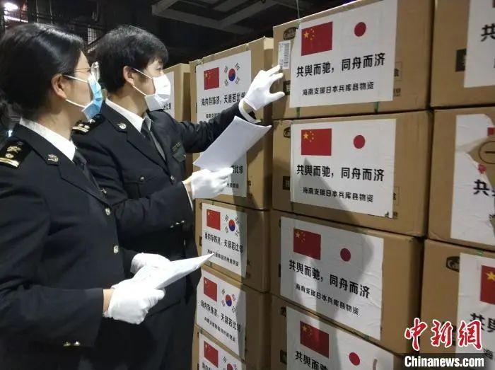 广州白云机场海关关员迅速验放出口物资。关悦 摄