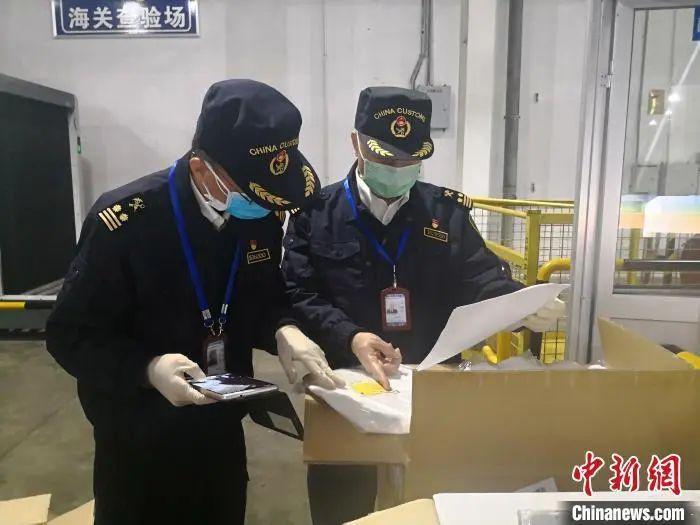 福州长笑机场海关验放出口防疫物资。福州海关供图