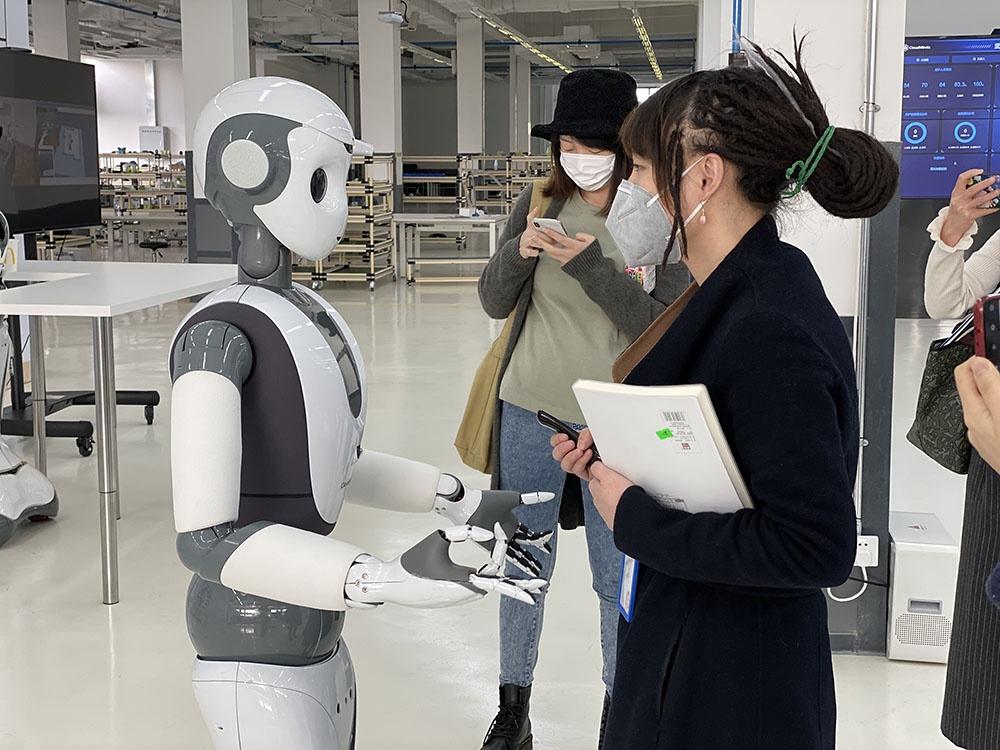 会跳舞的达闼机器人在与人互动
