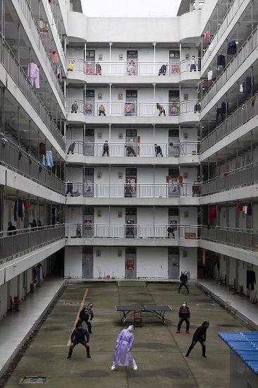 3月25日上午,武汉柔件工程做事学院康复驿站,湖北省中医院大夫刘芙蓉带领11栋阻隔区的康复阻隔人员做八段锦,这是她在此的末了一次值班。南都特派记者 张志韬 摄