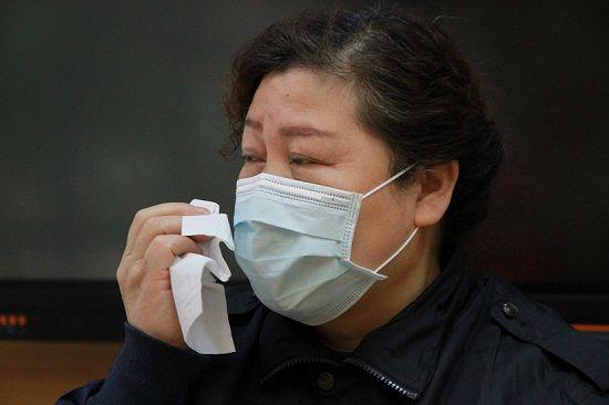 抗疫期间母亲在老家物化,武昌东亭社区党委书记王学丽说很想回去,但那时社区的现原形况和武汉管控措施让她实在回不去。