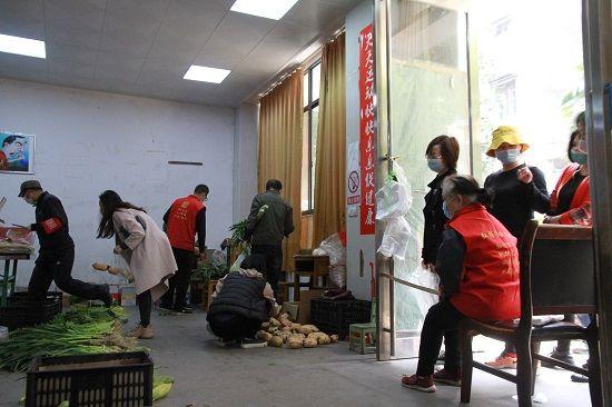湖北省社科联下沉干部发动和构造自觉者到批发市场采购平价稀奇蔬菜运到社区,再原价销售给社区居民,鸡蛋5毛钱一个,深受居民迎接。