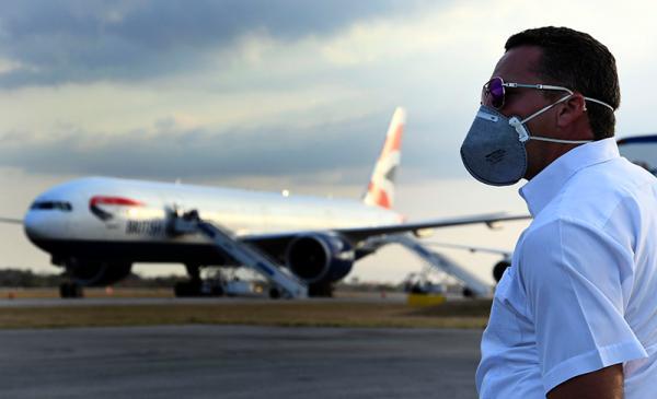 """2020年3月18日,古巴哈瓦那,""""布雷马""""号邮轮人员包机回英国。新华社 原料"""
