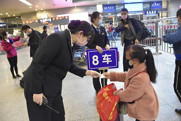 武昌火车站做事人员协助旅客。 武昌火车站 图