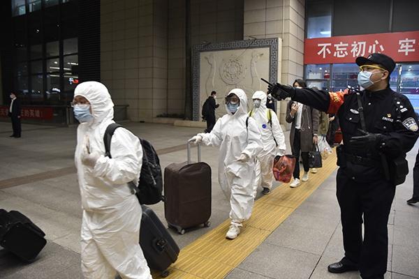 4月8日早晨0时35分,武昌火车站站台,有旅客身着防护服乘车。 武昌火车站 图