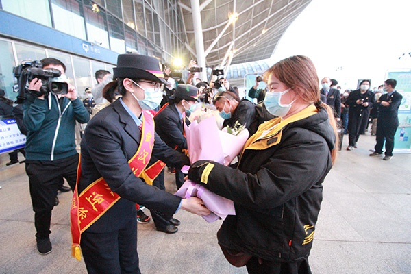 做事人员为乘坐开站后首趟高铁列车武汉至南宁东的G431次的旅客代外献花。武汉火车站 图