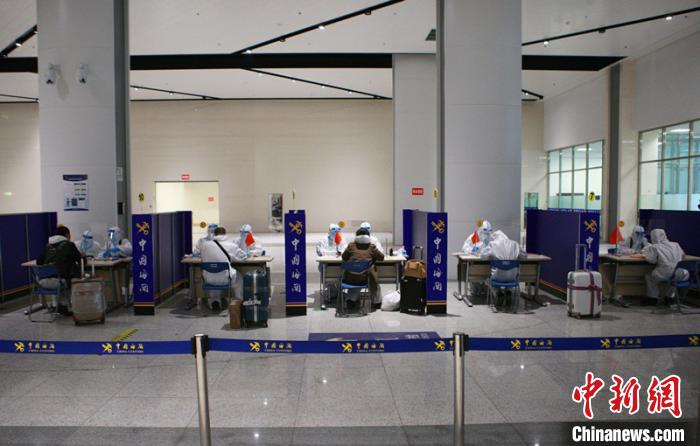 哈尔滨海关所属绥芬河海关关员对入境旅客开展流行病学调查。 郑家昕 摄