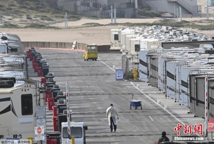 原料图:当地时间3月31日,美国添利福尼亚州洛杉矶的Dockweiler海滩,海滨停车场的房车被用作COVID-19患者的阻隔区。
