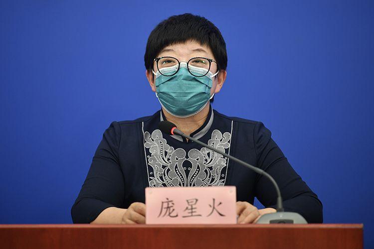 北京市疾病预防限制中央副主任庞星火回应记者挑问。