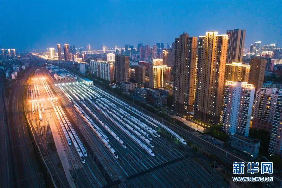▲4月7日,在武汉动车段,列车停靠在存车线上(无人机照片)。(新华社记者 肖艺九 摄)