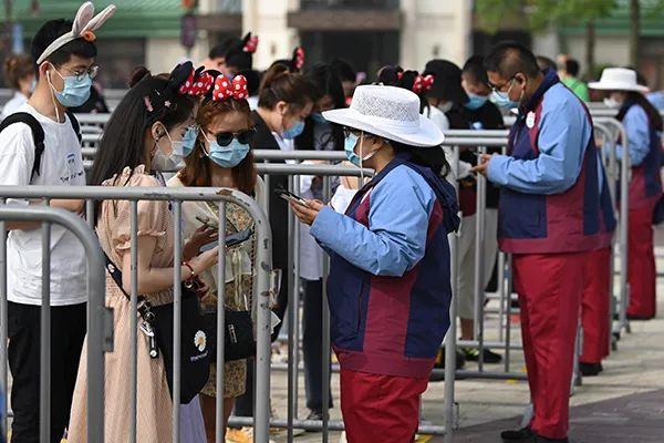 5月11日,上海迪士尼,游客进入乐园必要出示预约码。