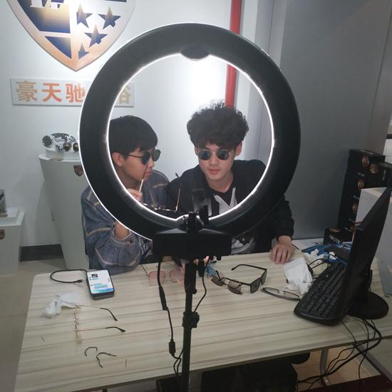 义乌工商职业技术学院学生厉潇天和陈宏炳在直播工作室。图片由学校提供