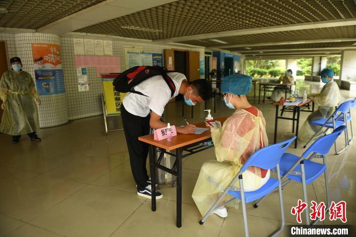 5月11日,广州中医药大学首批128个学生返校。图为返校同学来到国际楼G栋前报到。姬东摄