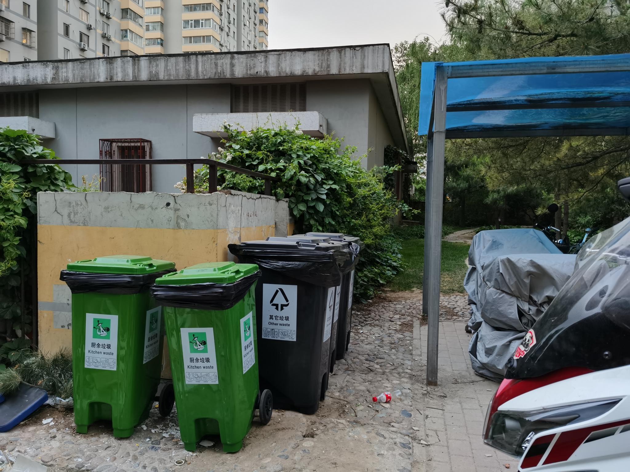 向阳区京通苑楼内垃圾桶即将下楼,每栋楼下竖立了垃圾投放处。摄影/新京报记者 陈琳