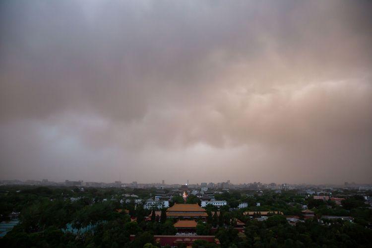 18:59,沙尘逼近城市中心。