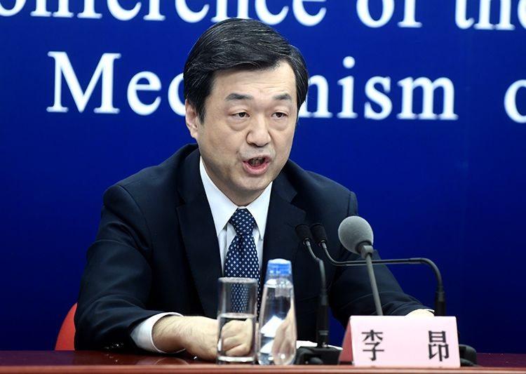 北京市新冠肺炎救治专家组成员、北京地坛医院院长李昂回答记者提问。