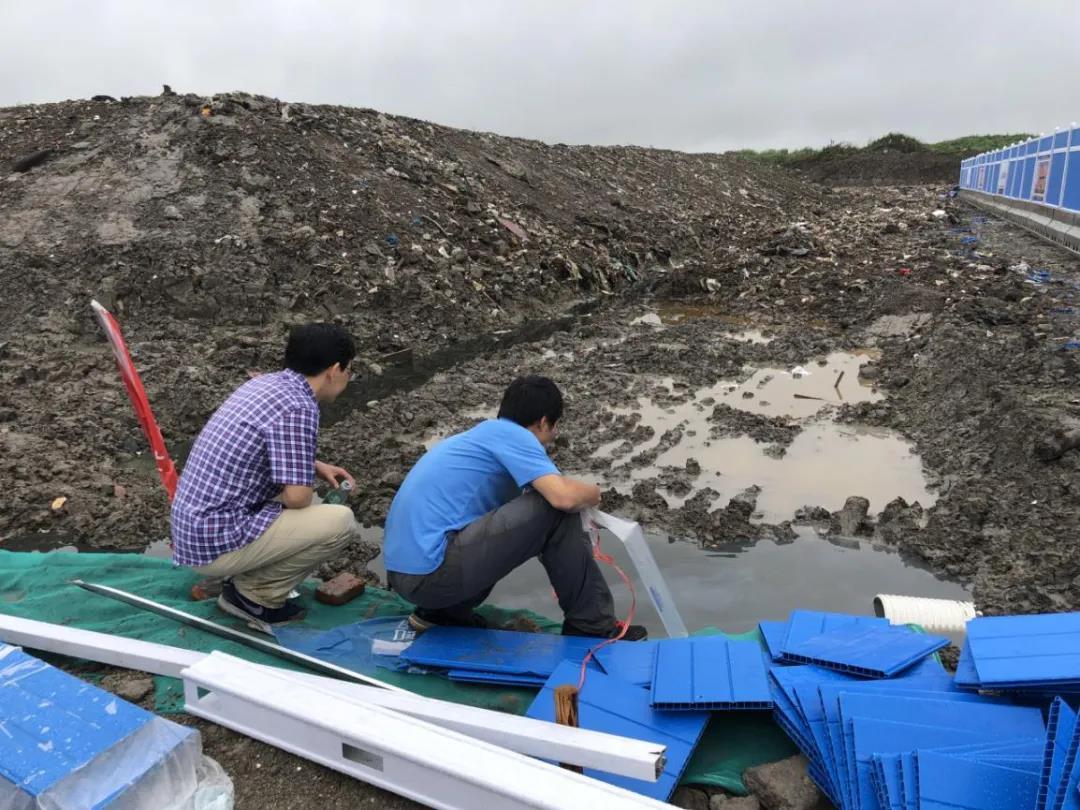 中央第一生态环境保护督察组对浦东新区某垃圾填埋点旁侧积水进行采样