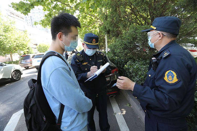 执法人员在给一名乘客做笔录。