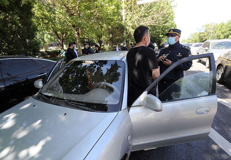 """""""黑车""""司机被执法人员控制。"""