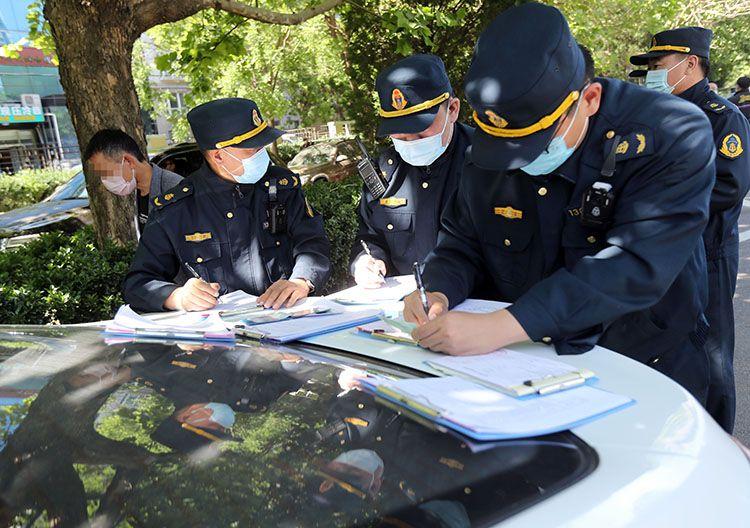 执法人员现场整理乘客问询笔录。