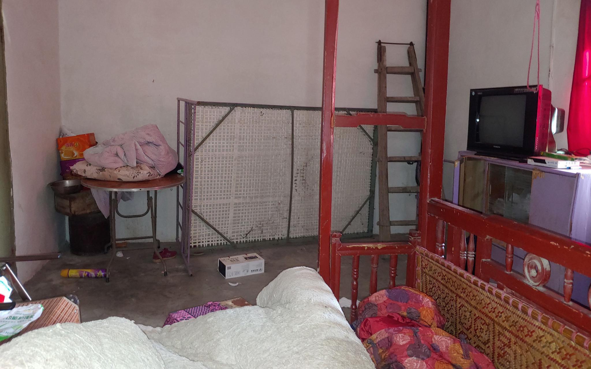 5月12日,老人生前居住的床榻。一旁保姆睡的铁架床已被竖起。新京报记者 海阳 摄
