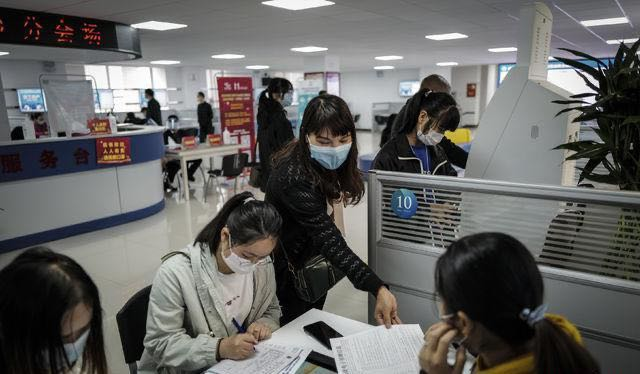 武汉市举办2020年首场现场招聘会。 图片来源 中国青年报