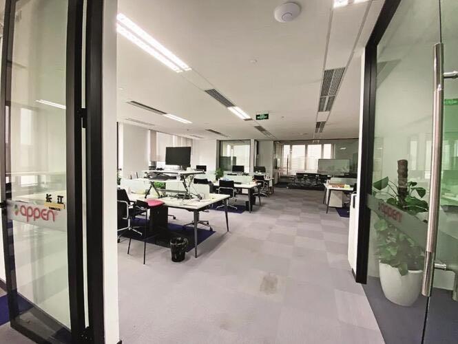 疫情期间,某人工智能公司组织远程办公,办公室空无一人。 图片来源 中新网