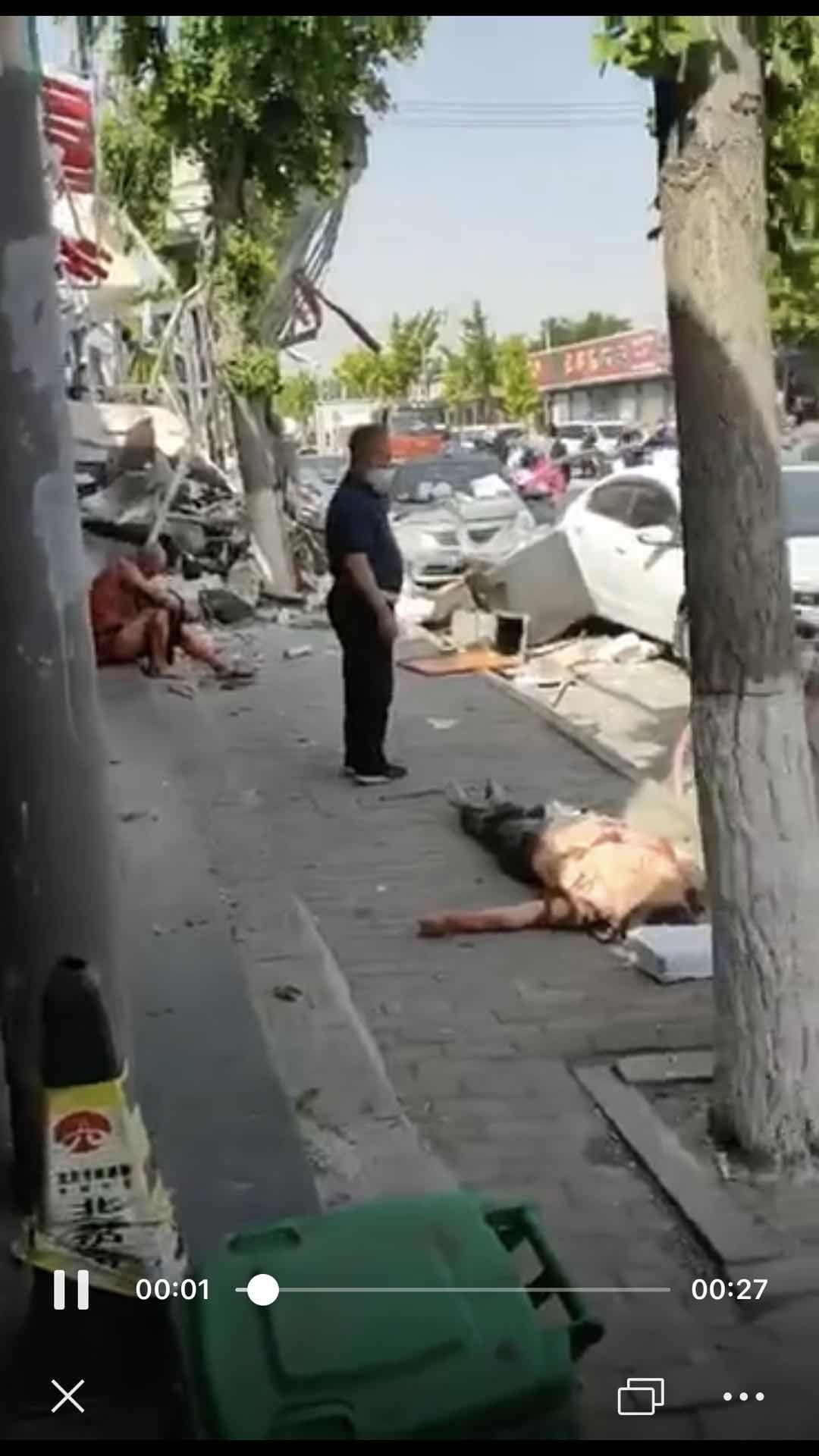 北京通州一炸鸡店煤气罐爆燃 三人受伤送医
