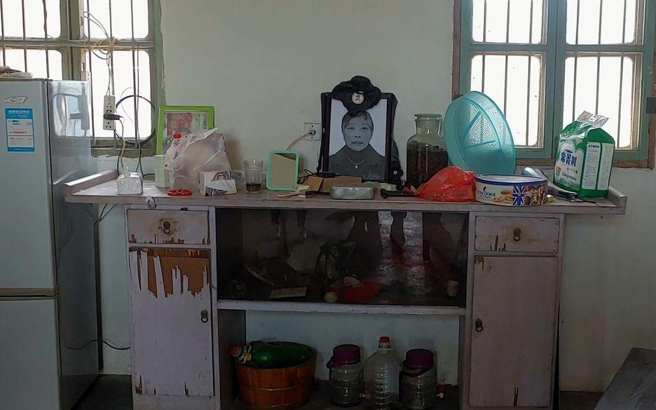 5月12日,老人生前居所的一楼客厅桌子上摆着遗像,如今已无人在此居住。新京报记者 海阳 摄
