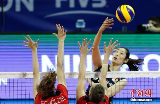 资料图:在宁波北仑进行的东京奥运会女排资格赛中,中国女排以3比1战胜德国女排,取得小组两连胜。图为朱婷在吊球。 汤彦俊 摄