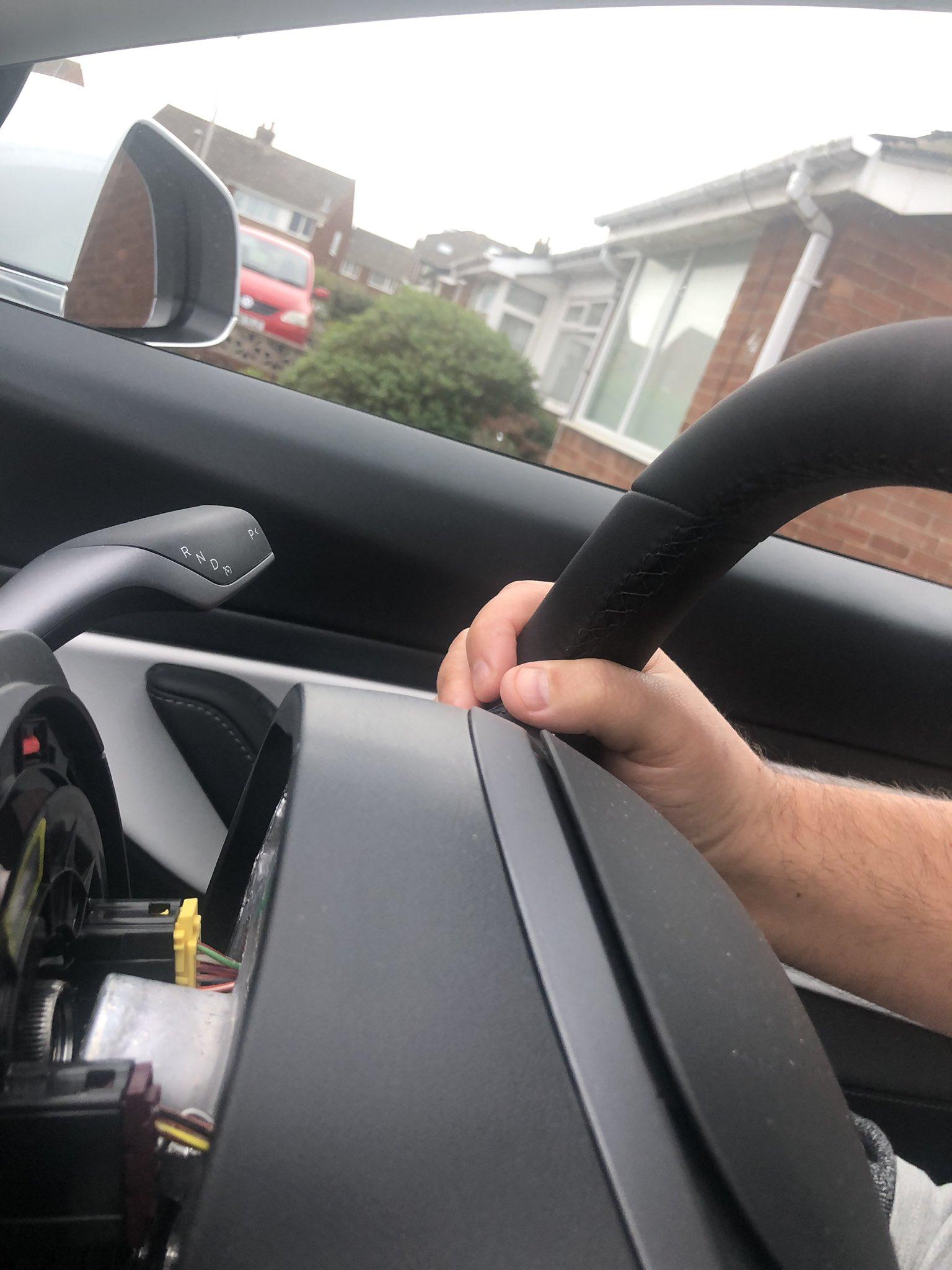 倒车过程中,特斯拉Model 3方向盘竟然脱落,里面没有安装固定螺栓