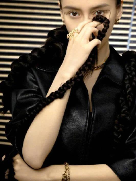 Angelababy两米长辫造型大胆 变身帅气时尚混血女