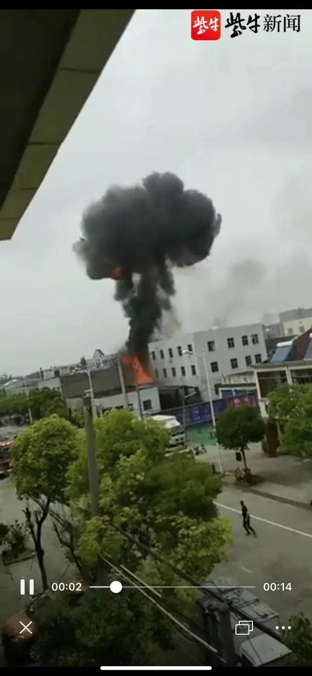 江苏丹阳陵口镇一小作坊发生爆燃 8人送医2人被困