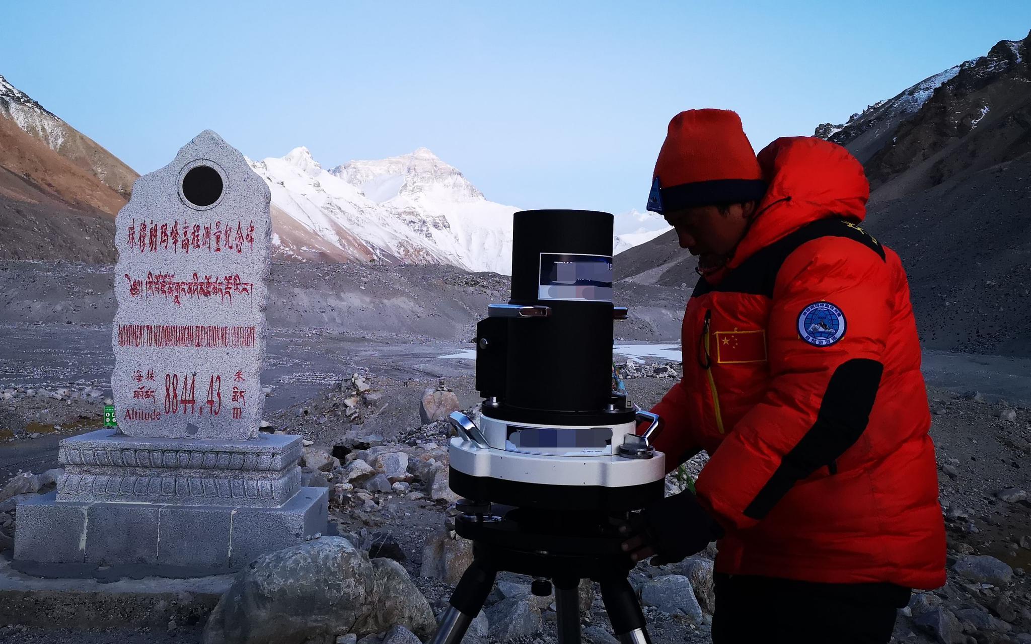 李飞战在珠峰大本营做天文测量前的准备工作。受访者供图