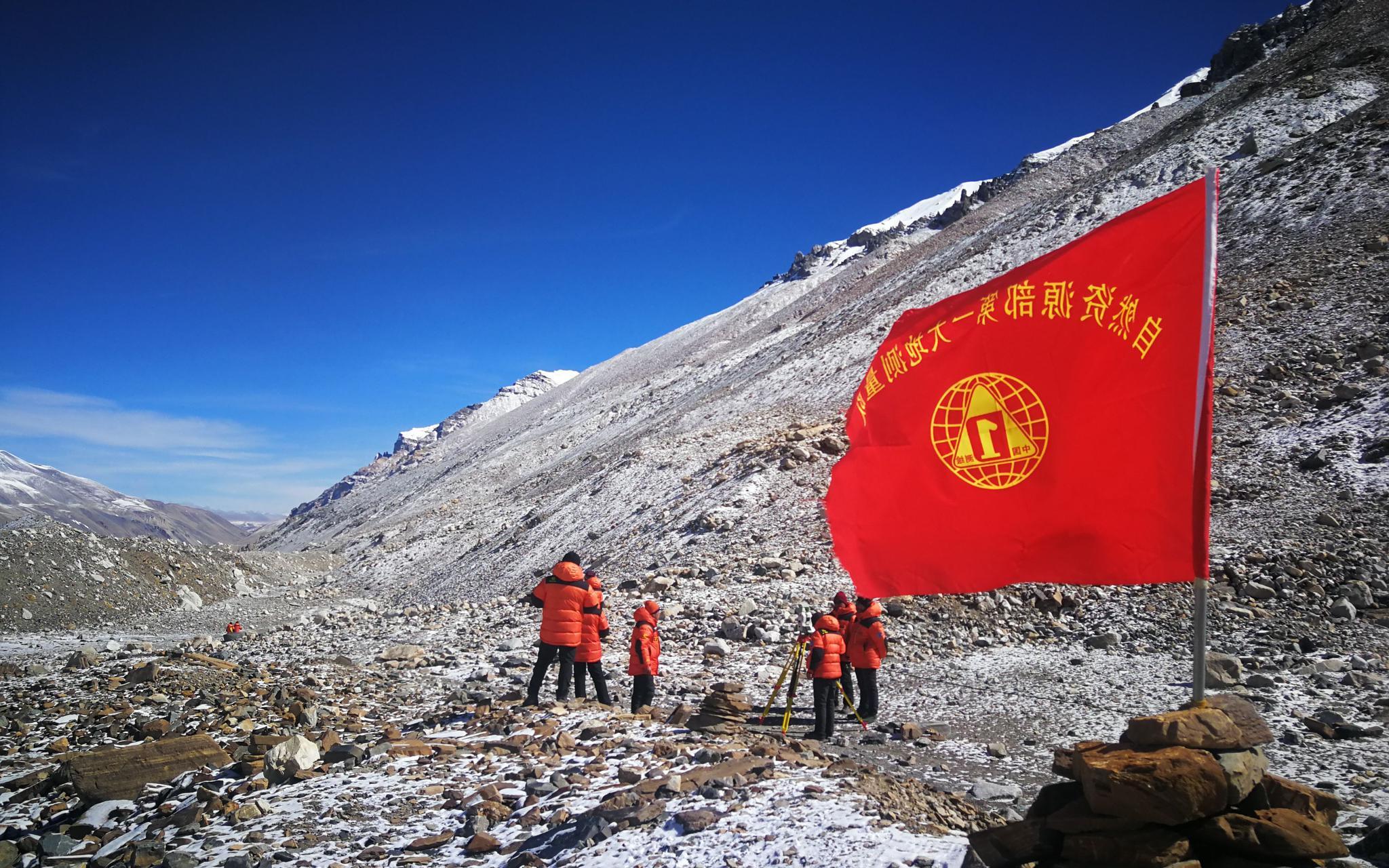 国测一大队的测绘队员在珠峰脚下进行水准测量。受访者供图
