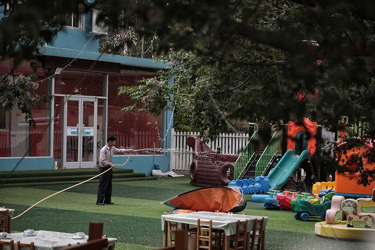 幼儿园的工作人员每天对大排档场地进行清洁。