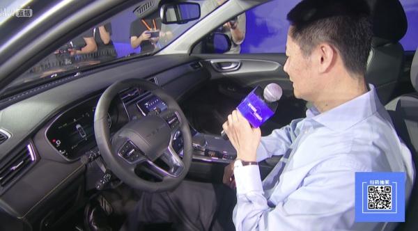吴清坐进车内,展示如何与系统实现对话。直播截屏图