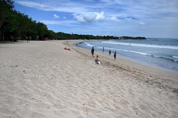 3月22日,零星游客在海滩上