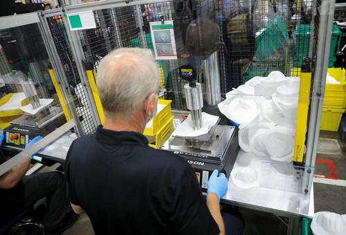 在霍尼韦尔公司位于美国菲尼克斯的工厂,工人正在生产防护口罩。(路透社)